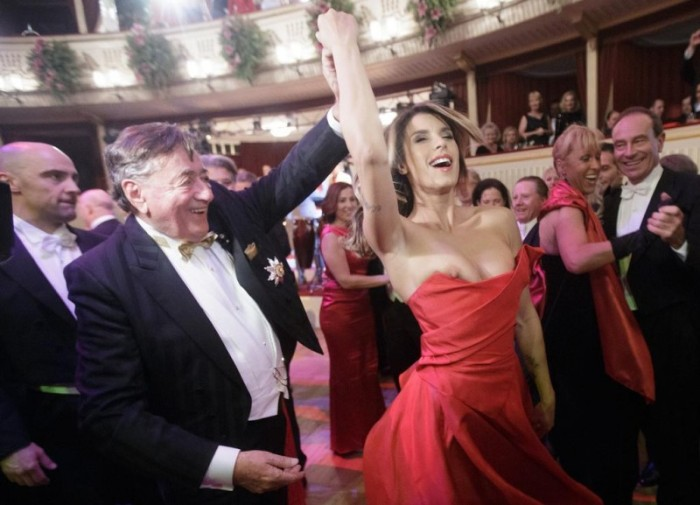Обнаженная грудь модели Элизабетт Каналис порадовала мужчин на балу. НЮ (7 фото)