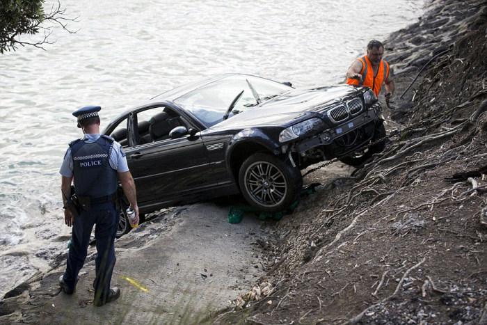 В Новой Зеландии полицейские спасли женщину из тонущего авто (7 фото)