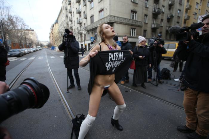 В Будапеште активистка Femen обнажилась в знак протеста против политики Путина (8 фото)