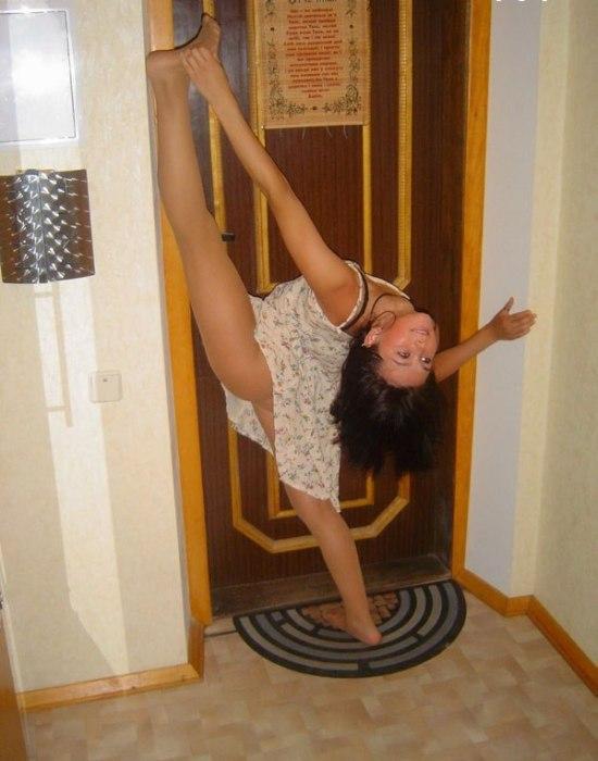 Девушка устроила акробатический фотосет в собственной квартире (40 фото)