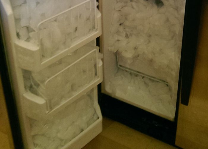 Встроенный льдогенератор оказался рабочим (4 фото)