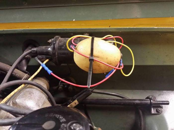 В Великобритании мужчина починил 50-летний Land Rover при помощи картофеля (2 фото)