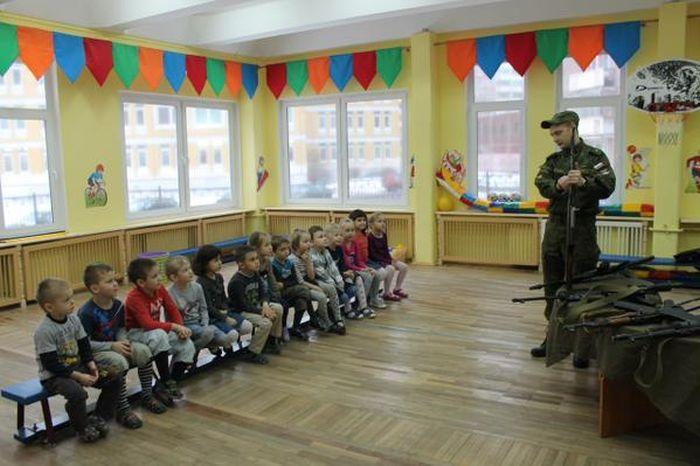 В детском саду Санкт-Петербурга детей учат навыкам обращения с оружием (4 фото)