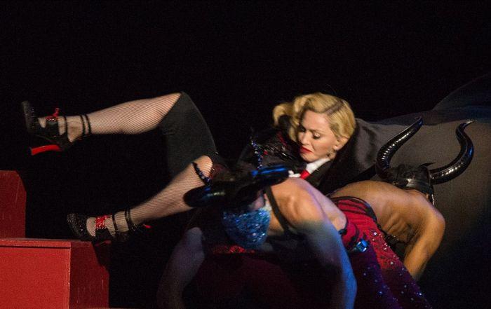 Во время выступления на церемонии Brit Awards Мадонна упала со сцены (7 фото + видео)