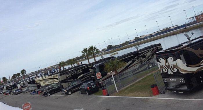 Суперроскошные дома на колесах пилотов гонок NASCAR (23 фото)