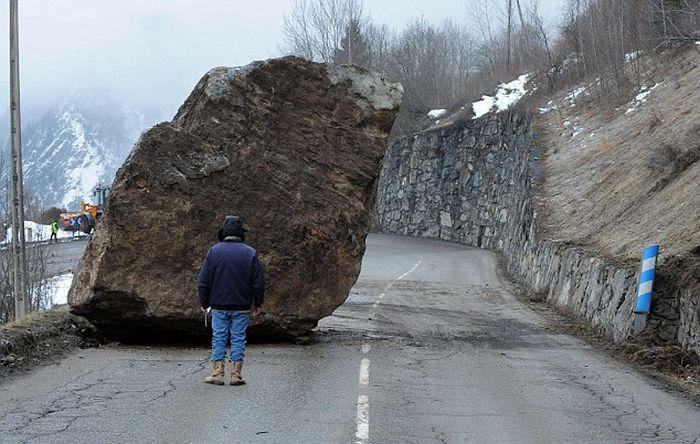 50-тонный валун преградил дорогу в горах Франции (5 фото)