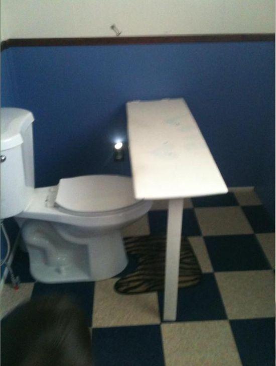 Необычное приспособление в туалете (2 фото)