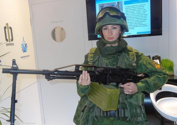 Климовский «ЦНИИТОЧМАШ» порадовал публику IDEX-2015 симпатичной пулеметчицей (12 фото)