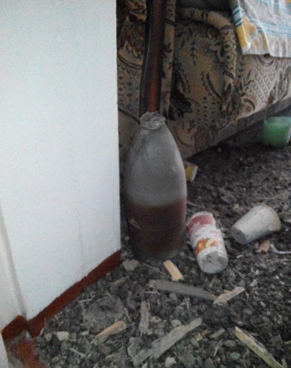 Житель Донбасса оценивает ущерб (34 фото)