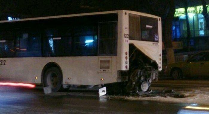 В Ростове-на-Дону из городского автобуса вывалился и загорелся мотор (5 фото)