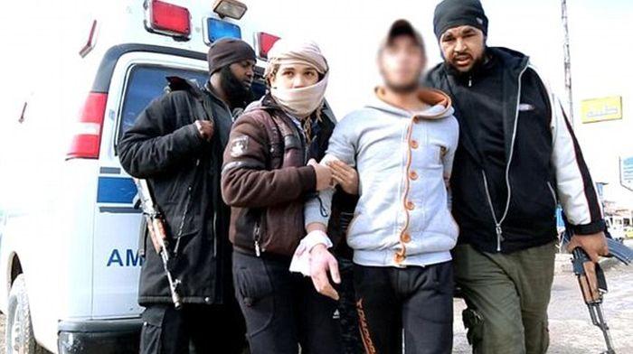 В «Исламском государстве» вору прилюдно отрубили руку (5 фото)