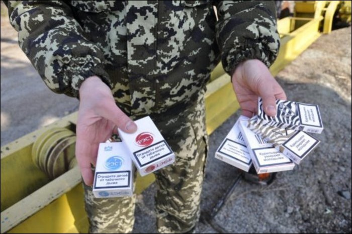 Контрабандисты перевозили сигареты внутри бревен (11 фото)