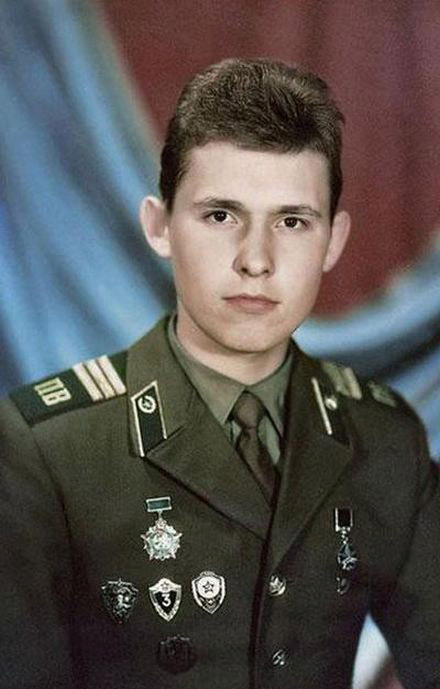 Знаменитости во время службы в армии (26 фото)