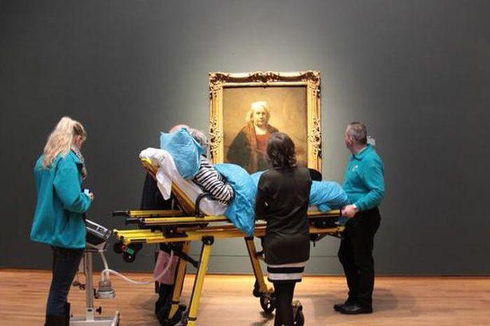 В Амстердаме неизлечимо больная женщина в последний раз увидела свою любимую картину (2 фото)