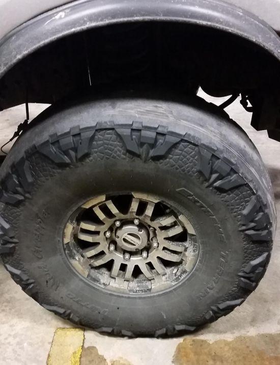 Автомобилист экономит на новых шинах для своего внедорожника (2 фото)