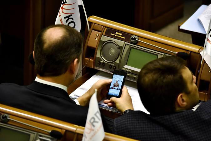На заседании Верховной Рады Олег Ляшко рассматривает фото голых мужчин (5 фото)