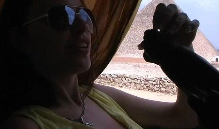 Эротический видеоролик на фоне египетских пирамид стал причиной громкого скандала. НЮ (9 фото)