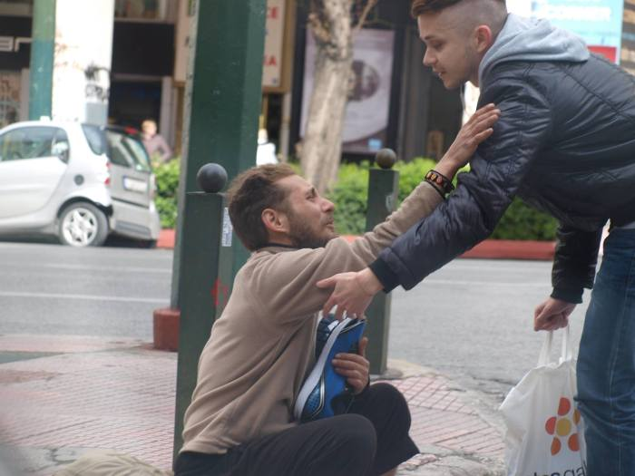 Помощь бездомному мужчине (4 фото)