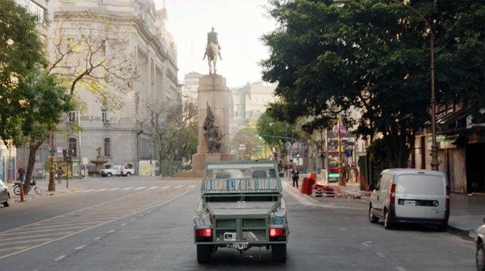 Книжный танк на улицах Буэнос-Айреса (9 фото)