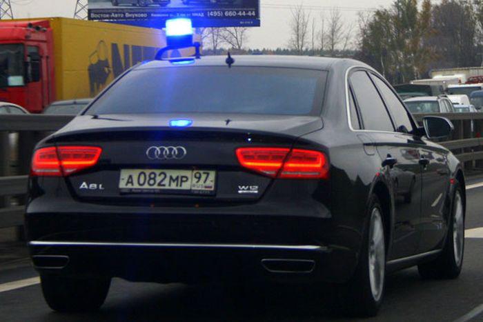 Парень может стать миллионером благодаря подержанному седану Audi A8 (3 фото)