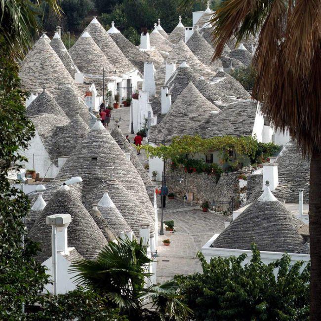Разборные домики трулли в итальянском городке Альберобелло (10 фото)