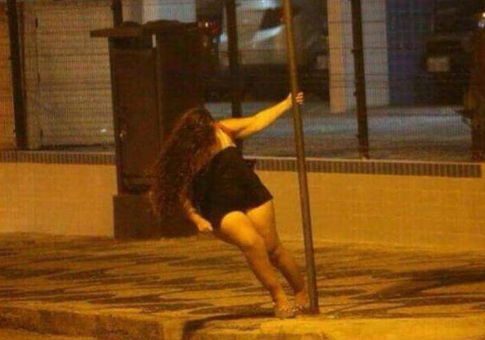 Девушка, использующая столб не по назначению (2 фото)