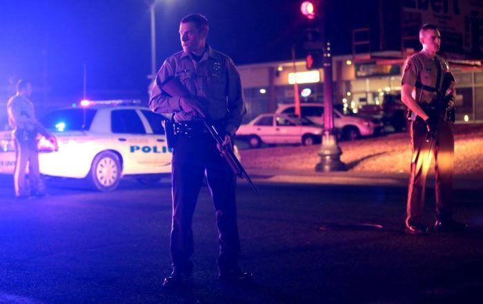 В Фергюсоне ранены двое полицейских (10 фото + видео)