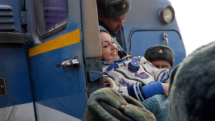 В казахстанской степи приземлились космонавты МКС (5 фото)