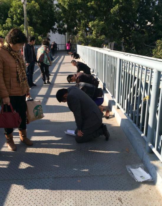 Наказание плохих работников по-китайски (3 фото)