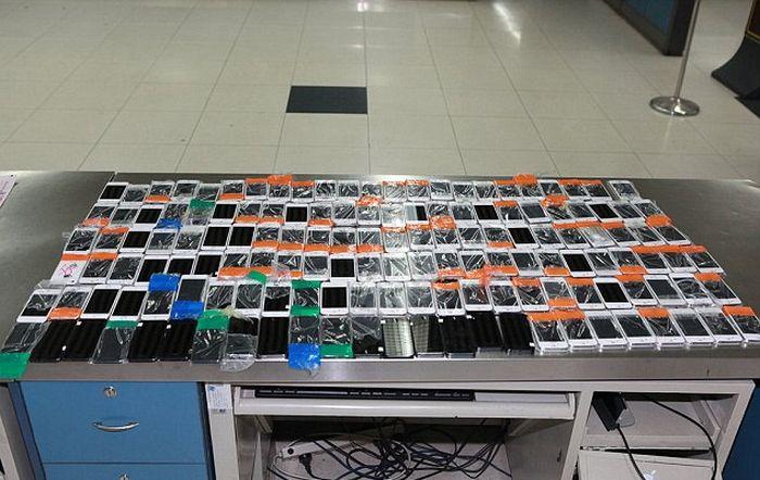 В Китае задержан контрабандист, пытавшийся провезти 146 смартфонов, примотанных к своему телу (3 фото)