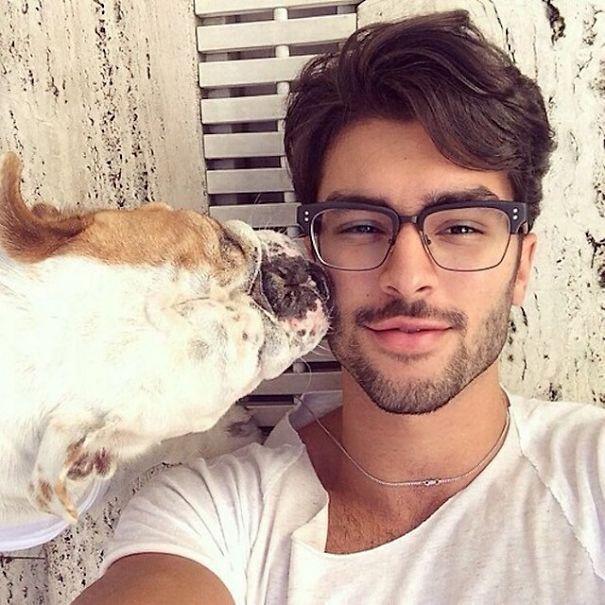 Симпатичные парни и милые собаки (23 фото)