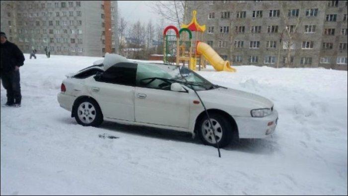 Огромная сосулька смяла крышу автомобиля (3 фото)