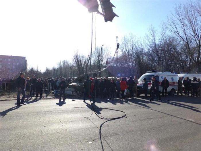 В украинском городе Константиновка под гусеницами армейского тягача погибла 8-летняя девочка (6 фото)