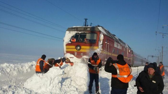 Пассажирский поезд №309 «Воркута – Адлер» застрял в сугробах (2 фото)