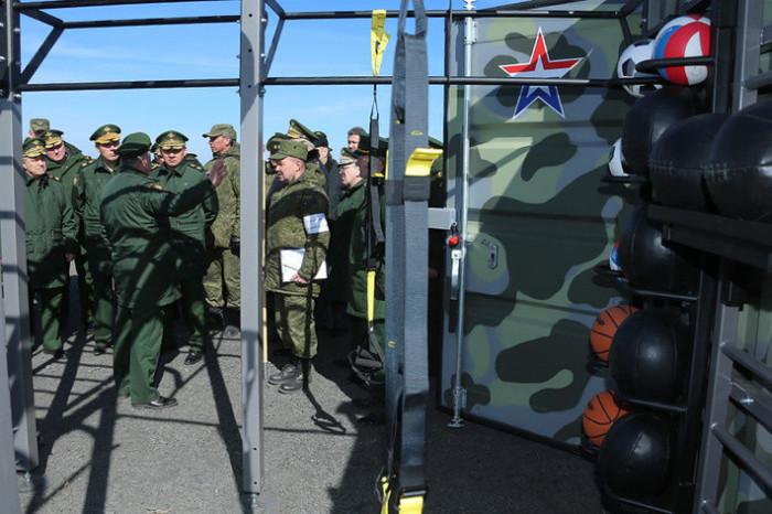 Спортивный полевой уголок российской армии (2 фото)