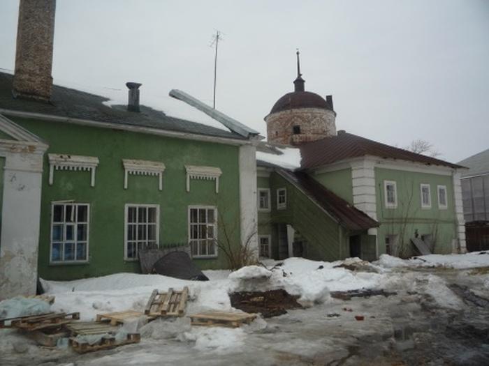 Из-за реставрации монастыря люди вынуждены бороться за собственные дома (12 фото)