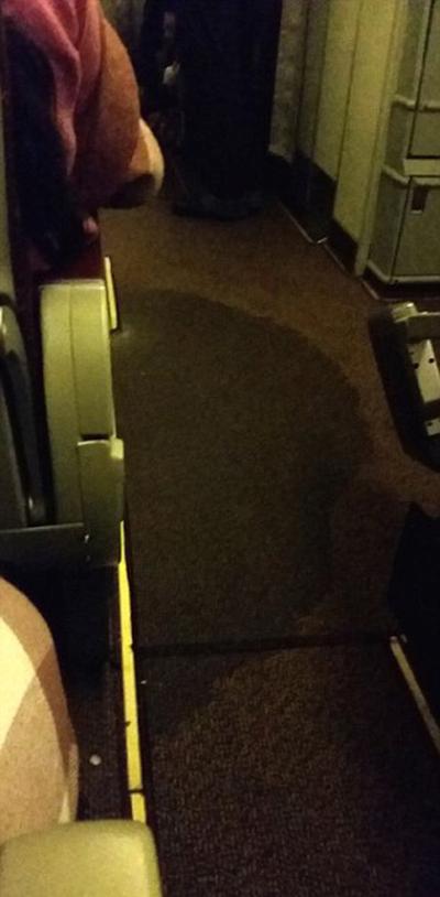 Долгий полет в ужасных условиях (6 фото)