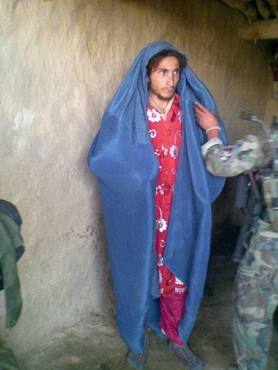 Террористы ИГИЛа в женских платьях сбежали с поля боя (3 фото)