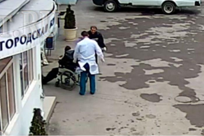 В Ростове-на-Дону врачи оставили пенсионера умирать на улице (2 фото + видео)