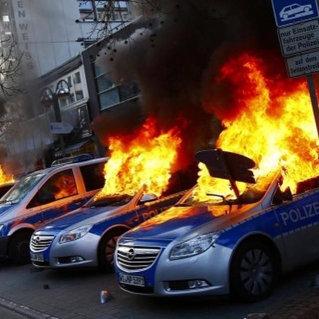 Во Франкфурте-на-Майне прошли стычки между полицией и участниками протестной акции (20 фото)