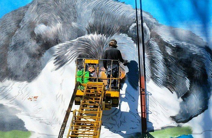 В Туле появилось граффити с изображением медведя, любующегося Крымом (5 фото)