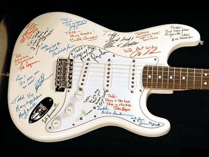 На сайте госзакупок появилось объявление о покупке гитары за 100 млн рублей (2 фото)