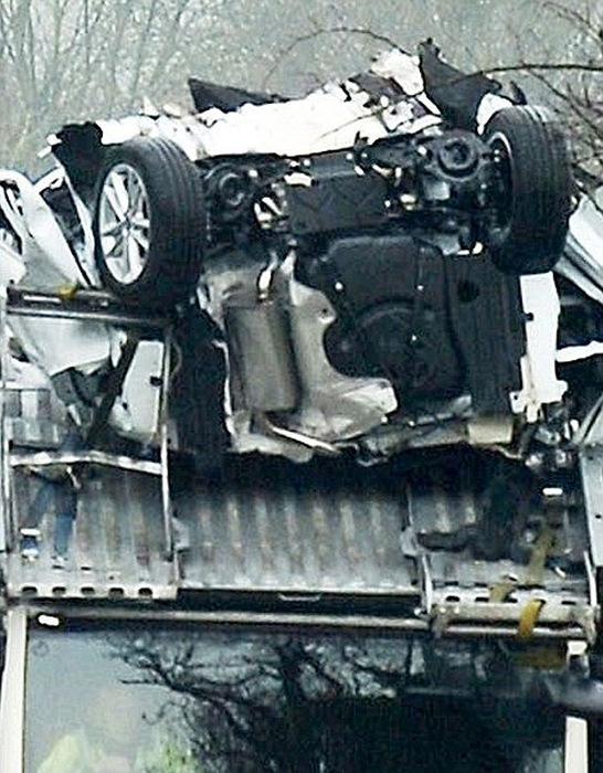 В стремлении срезать путь, водитель автотрала повредил новые автомобили (7 фото)