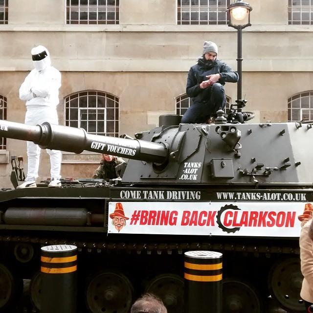 К штаб-квартире BBC подогнали танк и передали миллион подписей в поддержку Джереми Кларксона (5 фото + видео)