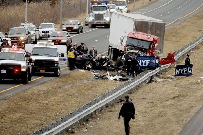 В Нью-Йорке выпившие полицейские попали в серьезное ДТП, есть погибшие (5 фото)