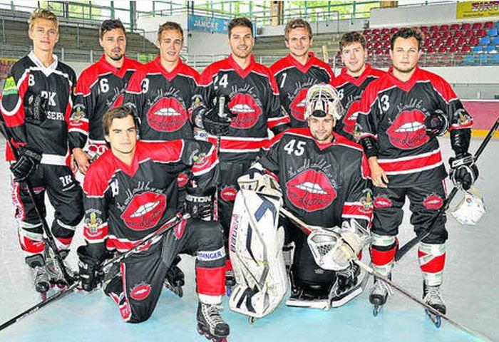 В Германии хозяйка борделя спонсирует хоккейную команду (4 фото)