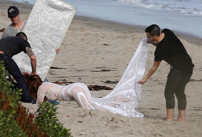 Синди Кроуфорд продолжает надевать для съемок откровенные наряды (16 фото)