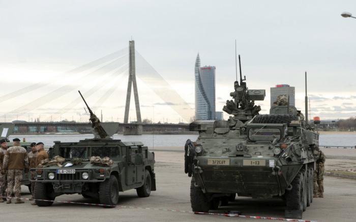 Как в Риге встречали колонну американских военнослужащих (10 фото)