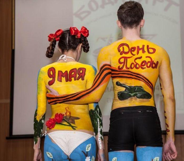 В Ижевске студенты украсили свои тела изображениями в честь Дня Победы (6 фото + видео)