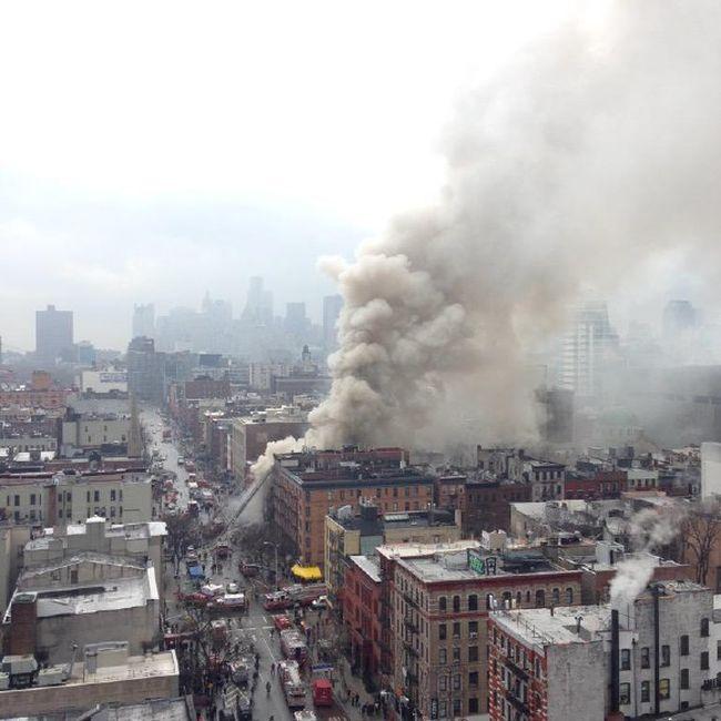 В Нью-Йорке пожарные борются с крупным пожаром 7-й степени (8 фото + видео)